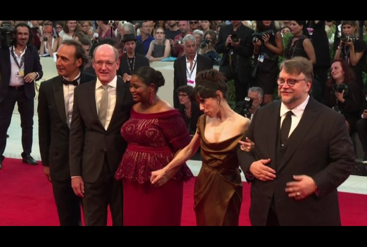 Le eleganze di Del Toro, Sally Hawkins e il cast sul red carpet