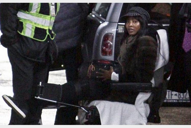 Naomi campbell preoccupa i fan in sedia a rotelle e for Film sedia a rotelle