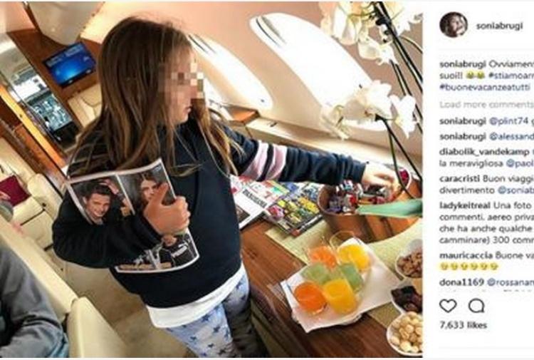 Sonia Bruganelli, la (nuova) foto dall'aereo privato scatena le polemiche: 'Ostenta ricchezza'